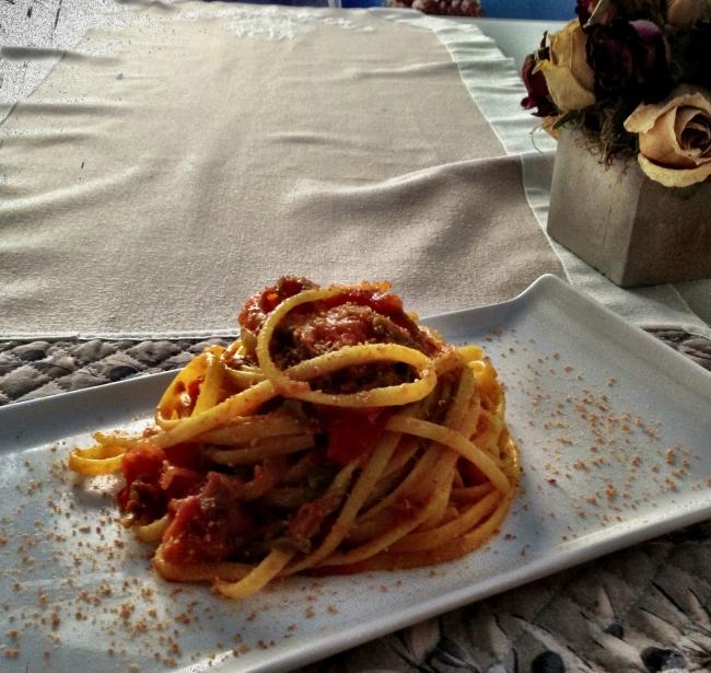 Linguine croccanti al Pan Grattato con sugo di Fiori di Zucca, Acciughe e Pomorodini
