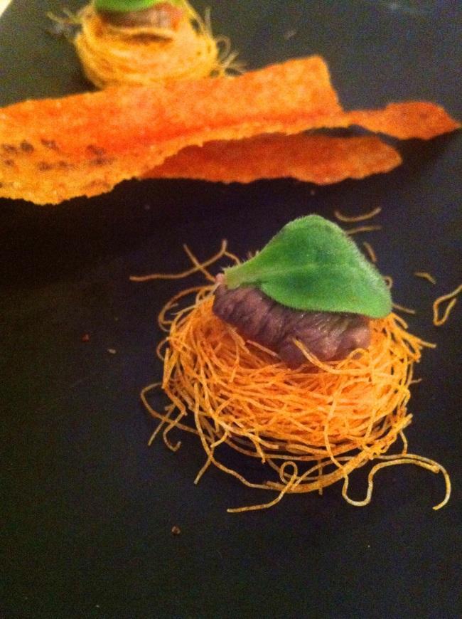 carasau fritto punteggiato di polvere di cacao e paprika, nidi di pasta con foie gras e lampone