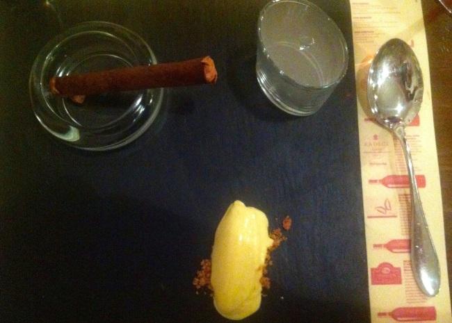 Sigaro di cioccolata ripieno di mousse di cioccolato al tabacco (Montecristo) con gelato al Rhum