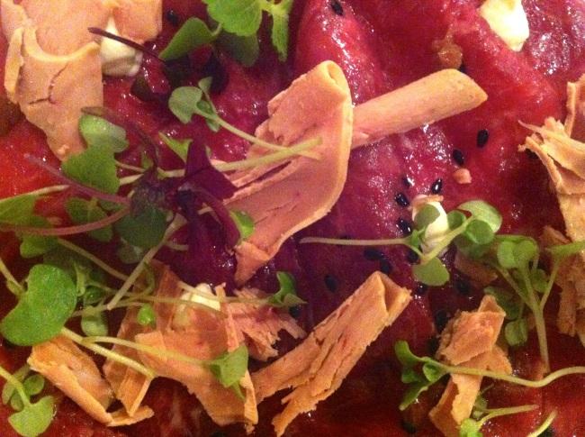 Sushi di manzo con foie gras, erbette e salsa bernese