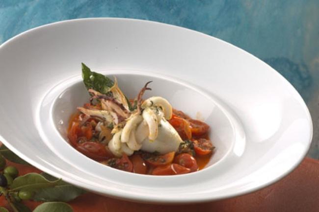 calamaro farcito con pane alle erbe in guazzetto di pomodorini tarantini e origano