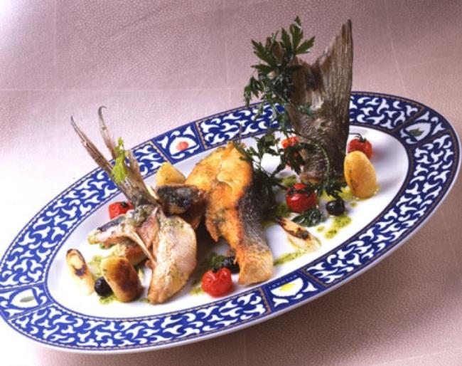 Orata arrostita con patate, olive, pomodorino e olio al sedano verde